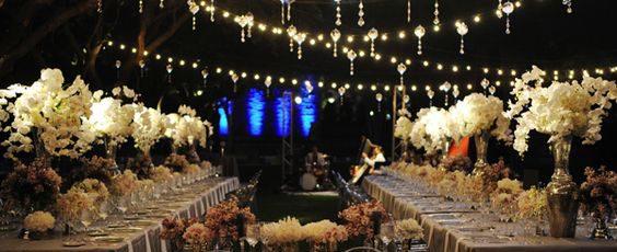 Un matrimonio brillante con luci intense