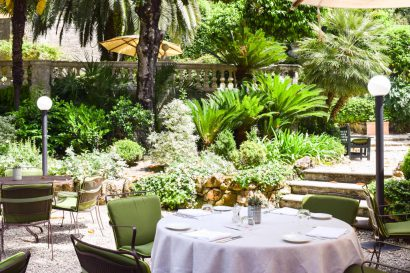 A Secret Garden for a Romantic Dinner