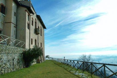 A castel and its incredible view from the mountain !