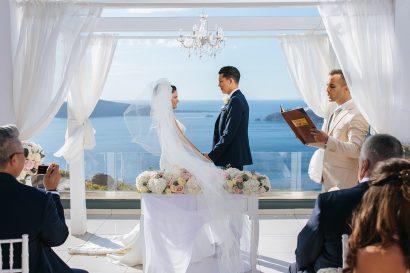 Entre la vue sur Santorin, le volcan, et sûrement le coucher de soleil le plus magique de Grèce : votre mariage